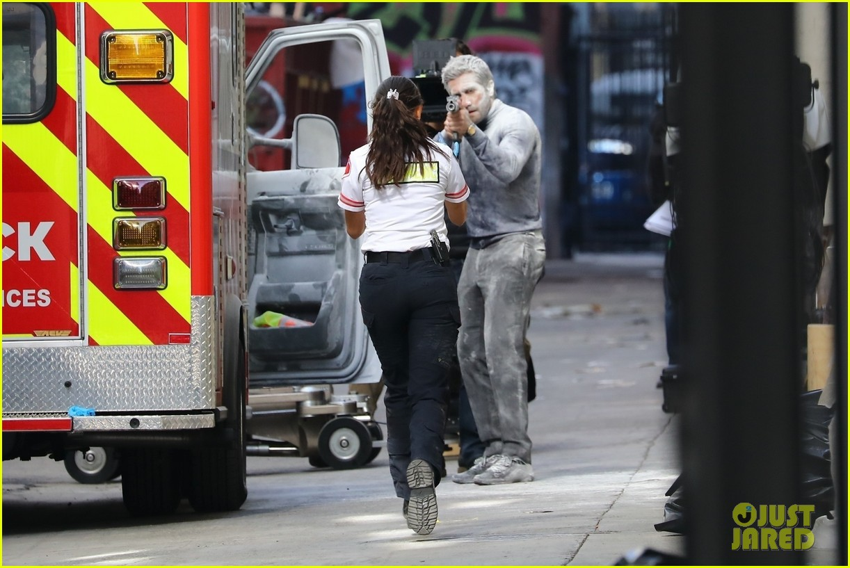 jake gyllenhaal aims gun at eiza gonzalez ambulance scene 184522099