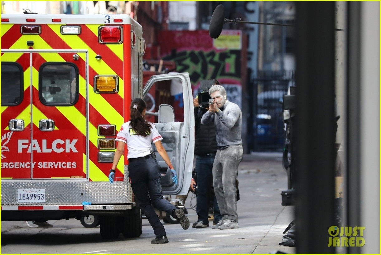 jake gyllenhaal aims gun at eiza gonzalez ambulance scene 194522100