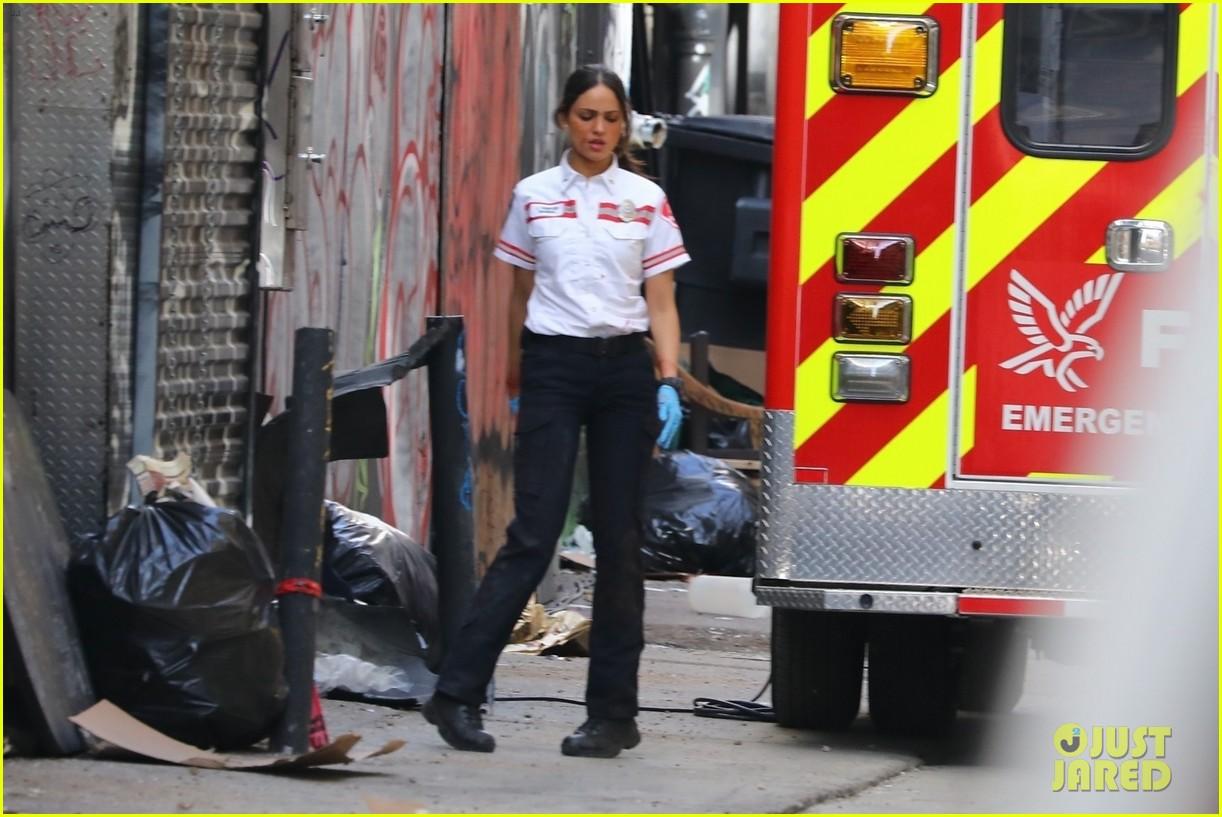 jake gyllenhaal aims gun at eiza gonzalez ambulance scene 204522101