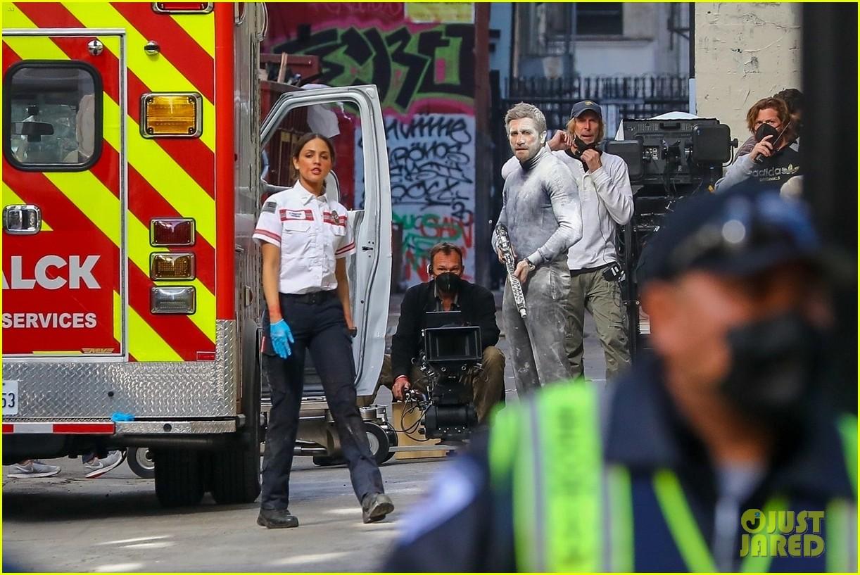 jake gyllenhaal aims gun at eiza gonzalez ambulance scene 214522102