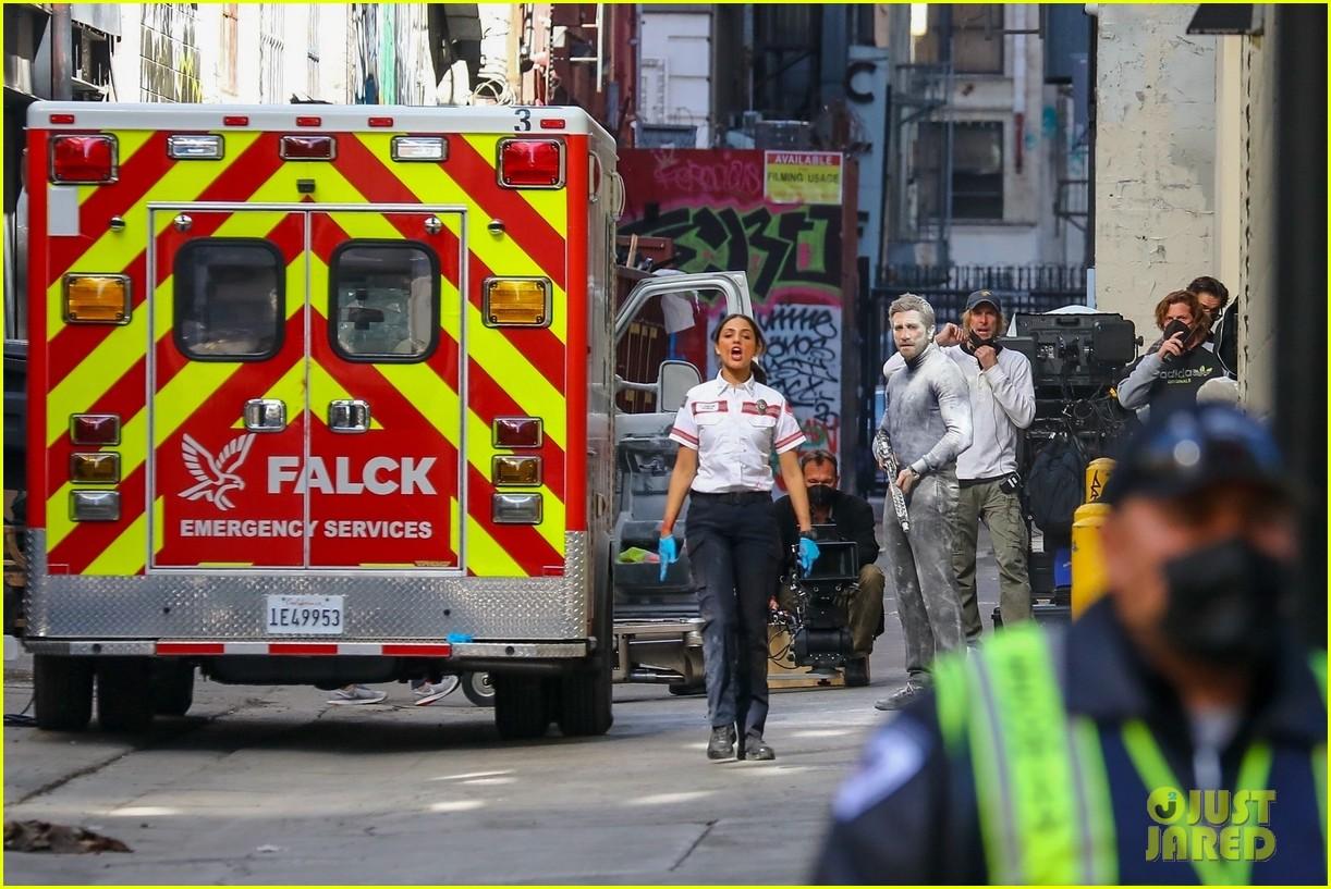 jake gyllenhaal aims gun at eiza gonzalez ambulance scene 224522103