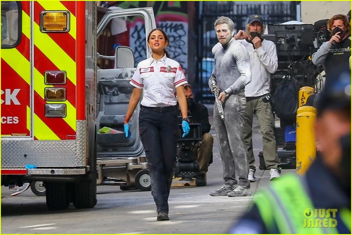jake gyllenhaal aims gun at eiza gonzalez ambulance scene 234522104