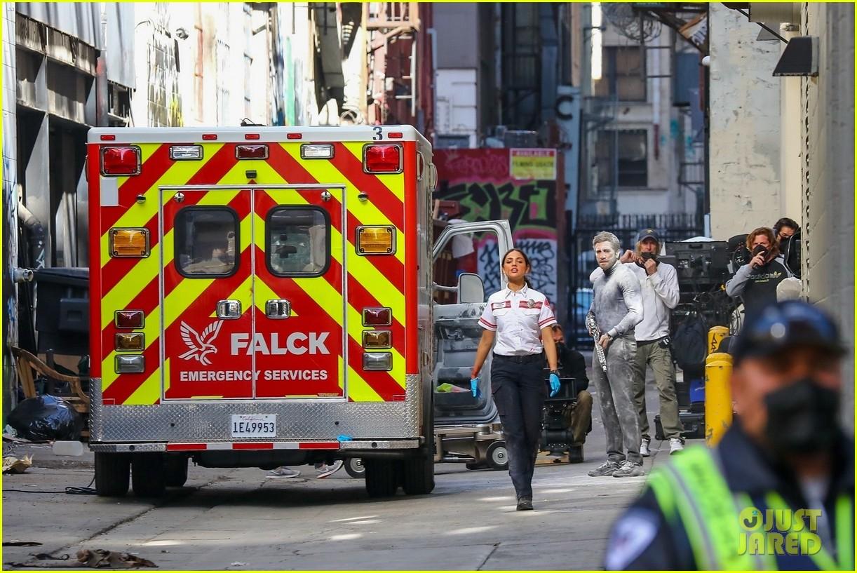 jake gyllenhaal aims gun at eiza gonzalez ambulance scene 244522105