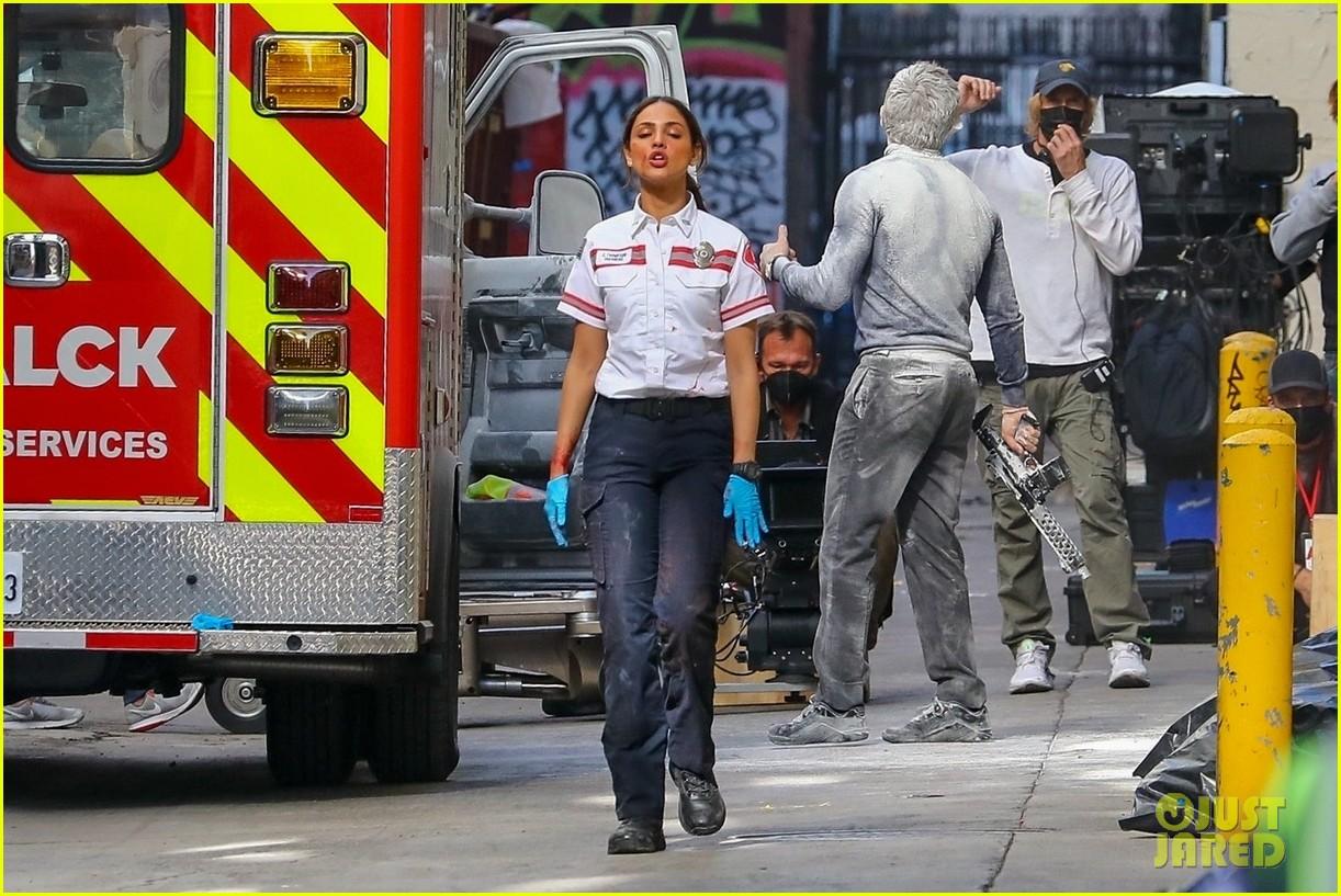 jake gyllenhaal aims gun at eiza gonzalez ambulance scene 254522106