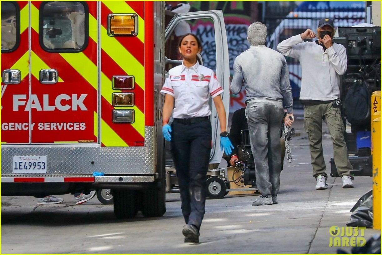 jake gyllenhaal aims gun at eiza gonzalez ambulance scene 264522107