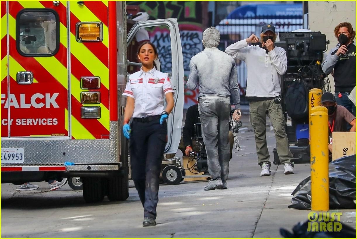 jake gyllenhaal aims gun at eiza gonzalez ambulance scene 274522108
