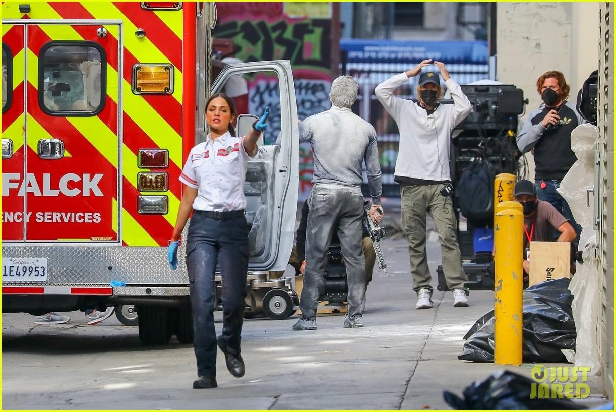 jake gyllenhaal aims gun at eiza gonzalez ambulance scene 284522109