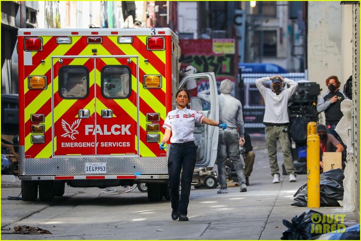 jake gyllenhaal aims gun at eiza gonzalez ambulance scene 294522110