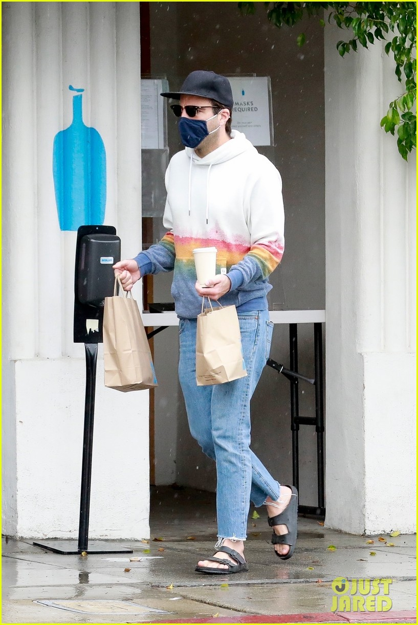 zachary quinto braves rainy weather while grabbing lunch 05