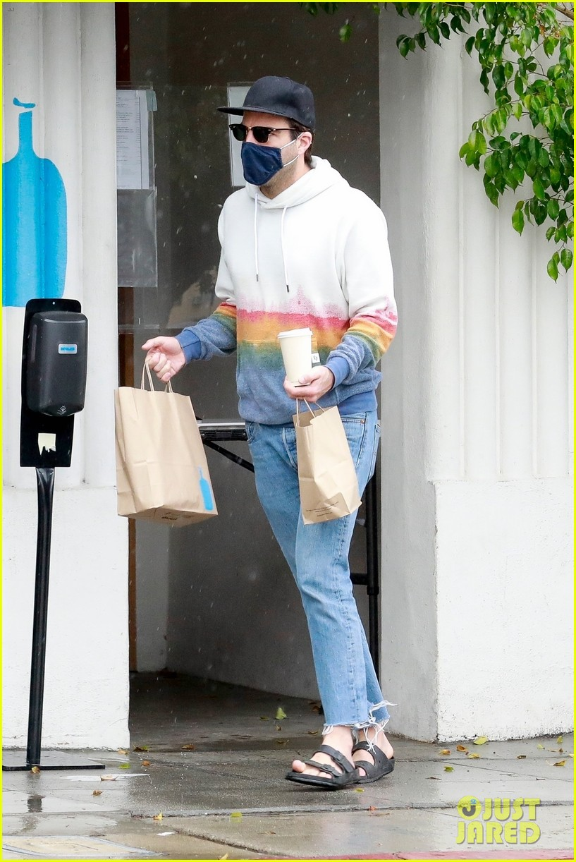 zachary quinto braves rainy weather while grabbing lunch 064521269