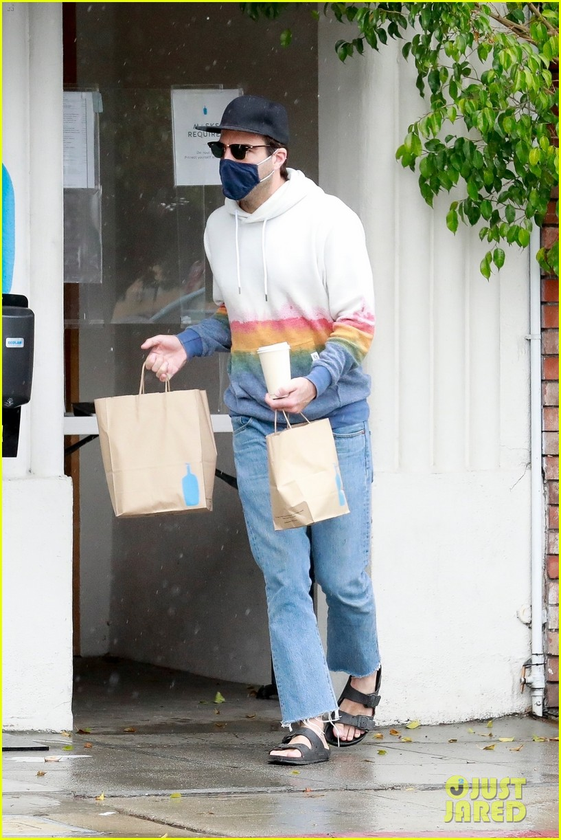 zachary quinto braves rainy weather while grabbing lunch 104521273