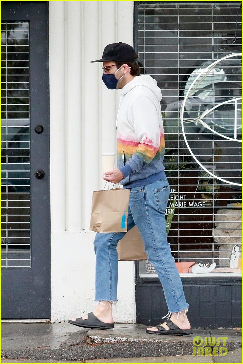 zachary quinto braves rainy weather while grabbing lunch 144521277