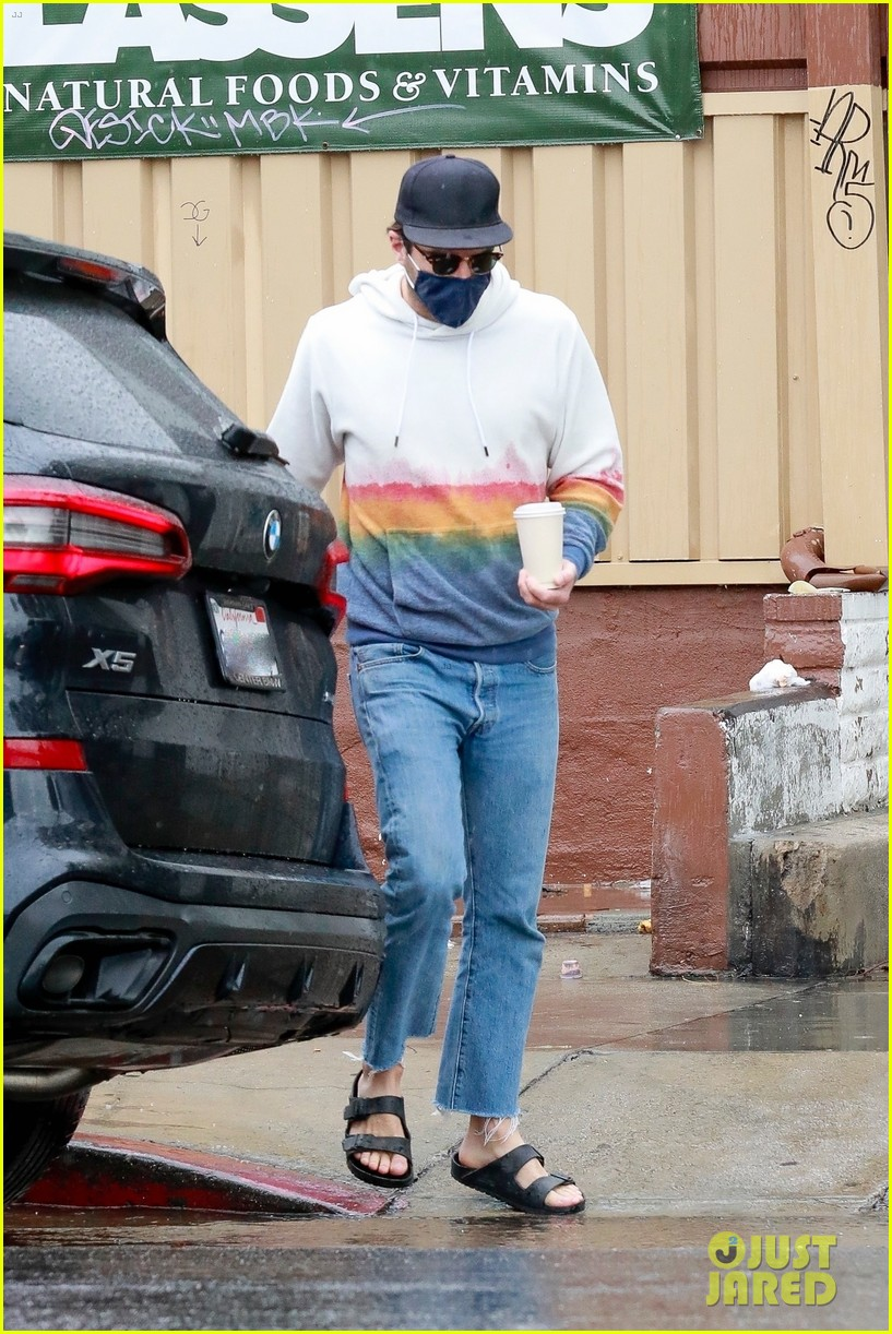 zachary quinto braves rainy weather while grabbing lunch 174521280