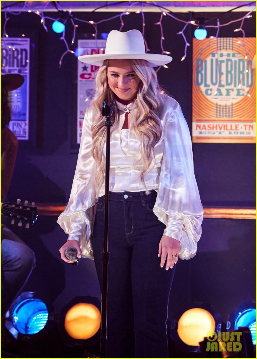 gabby barrett performs the good ones at acm awards 054544353