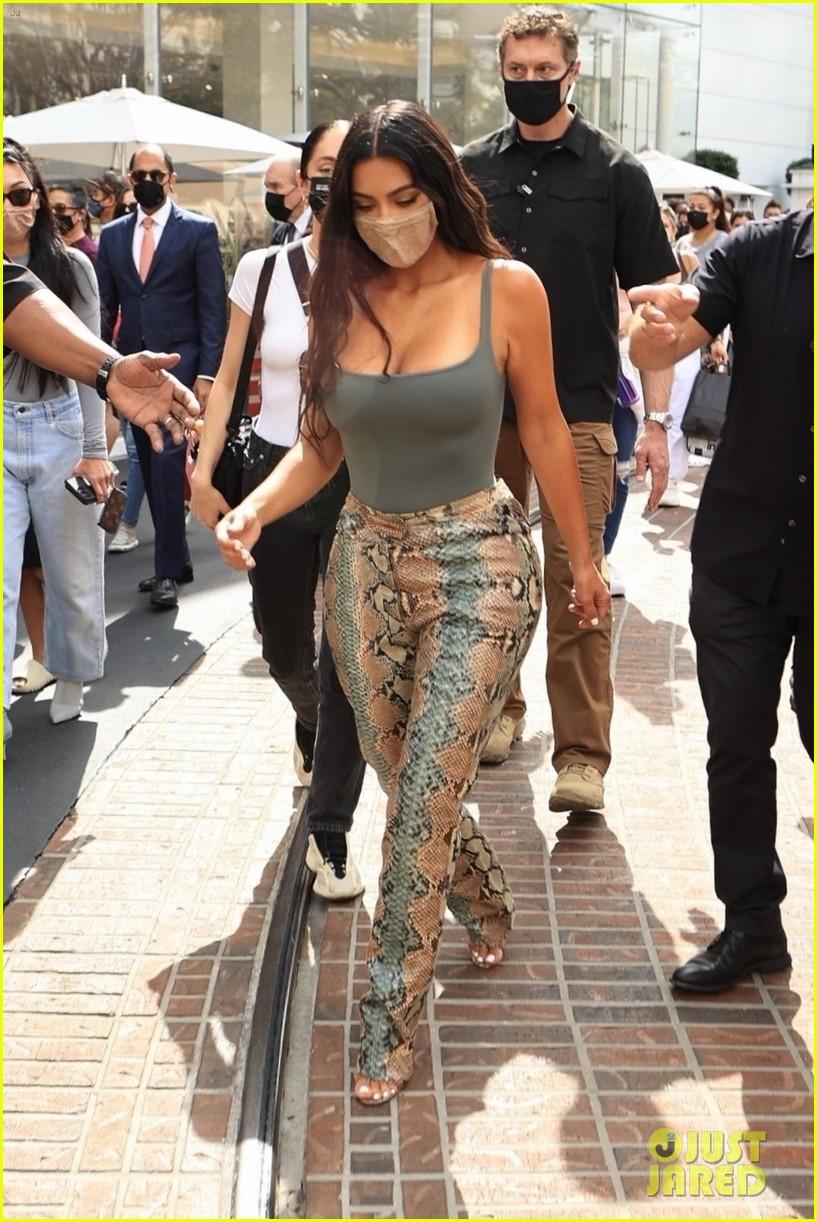 kim kardashian skims pop up shop after billionaire status 244539513