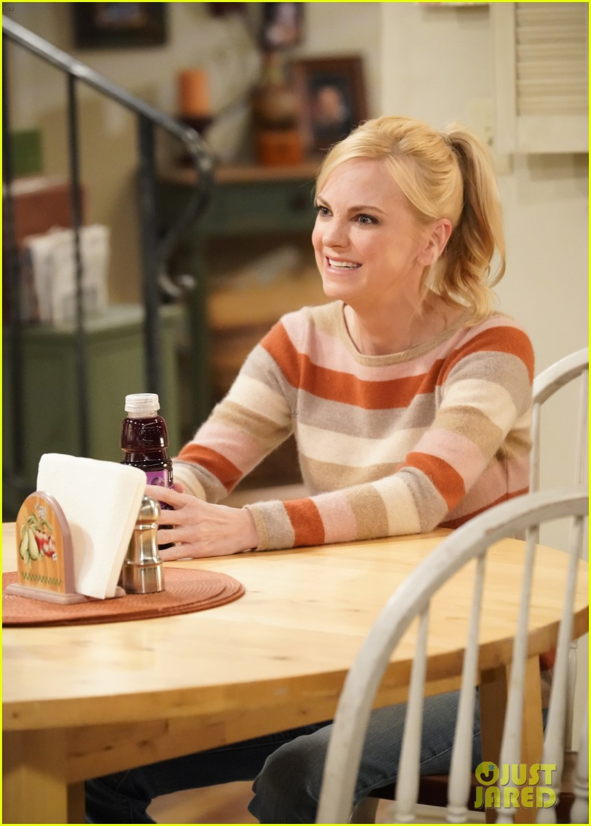 anna faris left mom reason if be back for finale 044554901