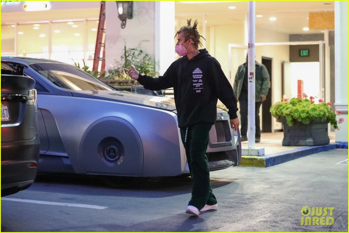justin bieber out for dinner in expensive car 024555677