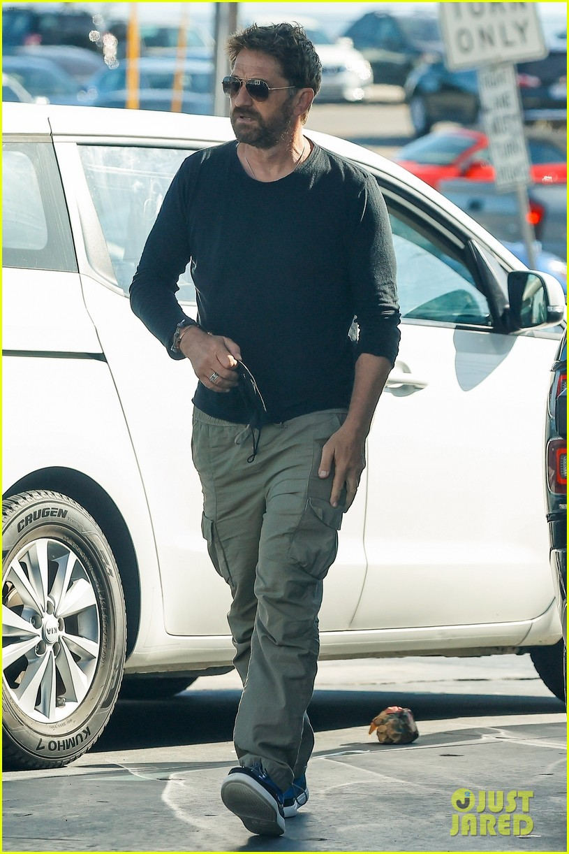 gerard butler fuels up his truck out in malibu 034550981