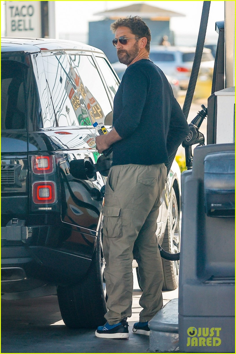 gerard butler fuels up his truck out in malibu 054550983