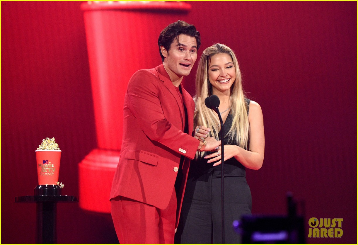 outer banks couple share a kiss at mtv awards 014556760