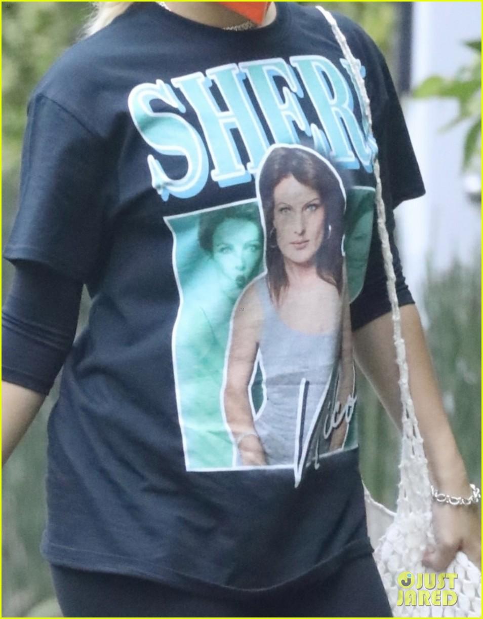 addison rae wears t shirt mom sheri on it 044554293