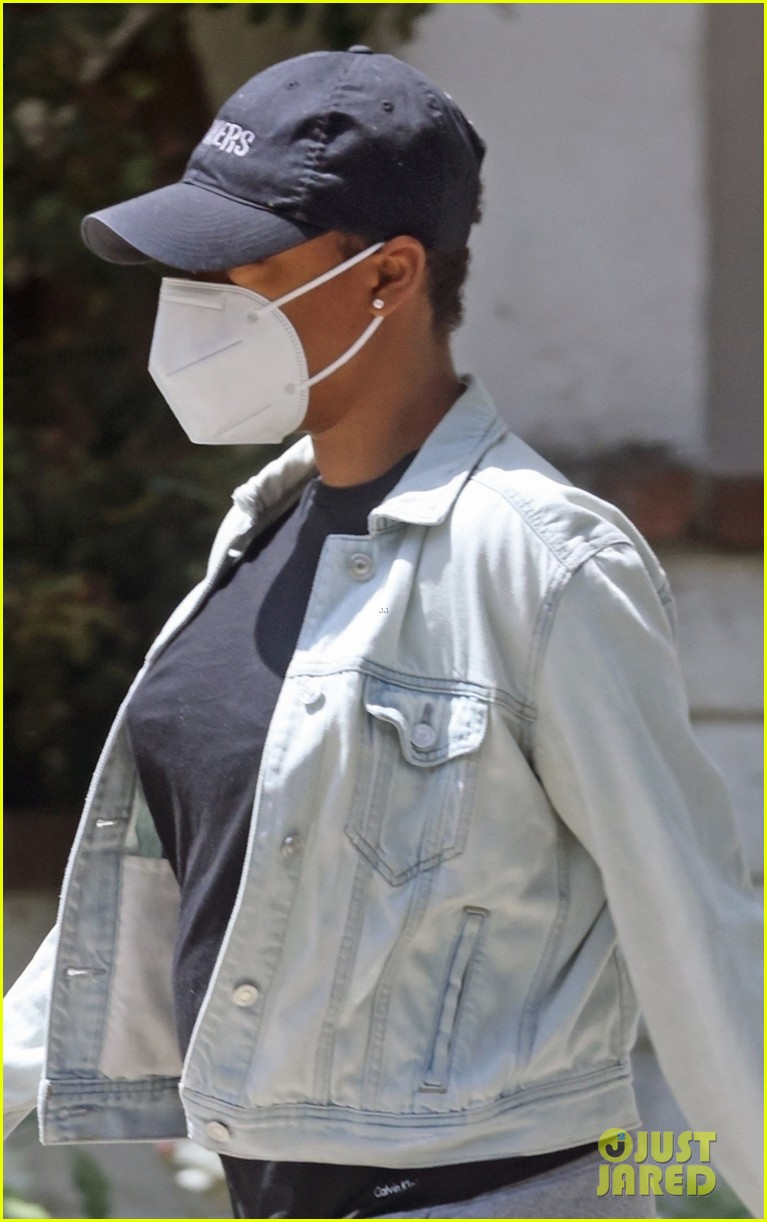 samira wiley leaves home waiting car first since welcoming daughter 02