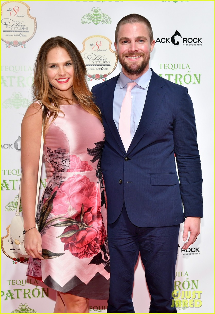 stephen amell wife airplane 034575149