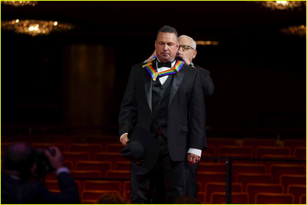 kelly clarkson performs at kennedy center honors for garth brooks 024564410