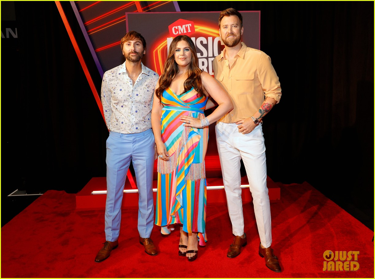 lady a brightens up red carpet at cmt awards 014566905