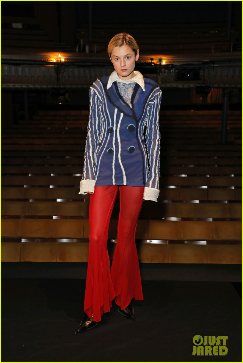emma corrin poses at premiere of anna x on west end 014589881