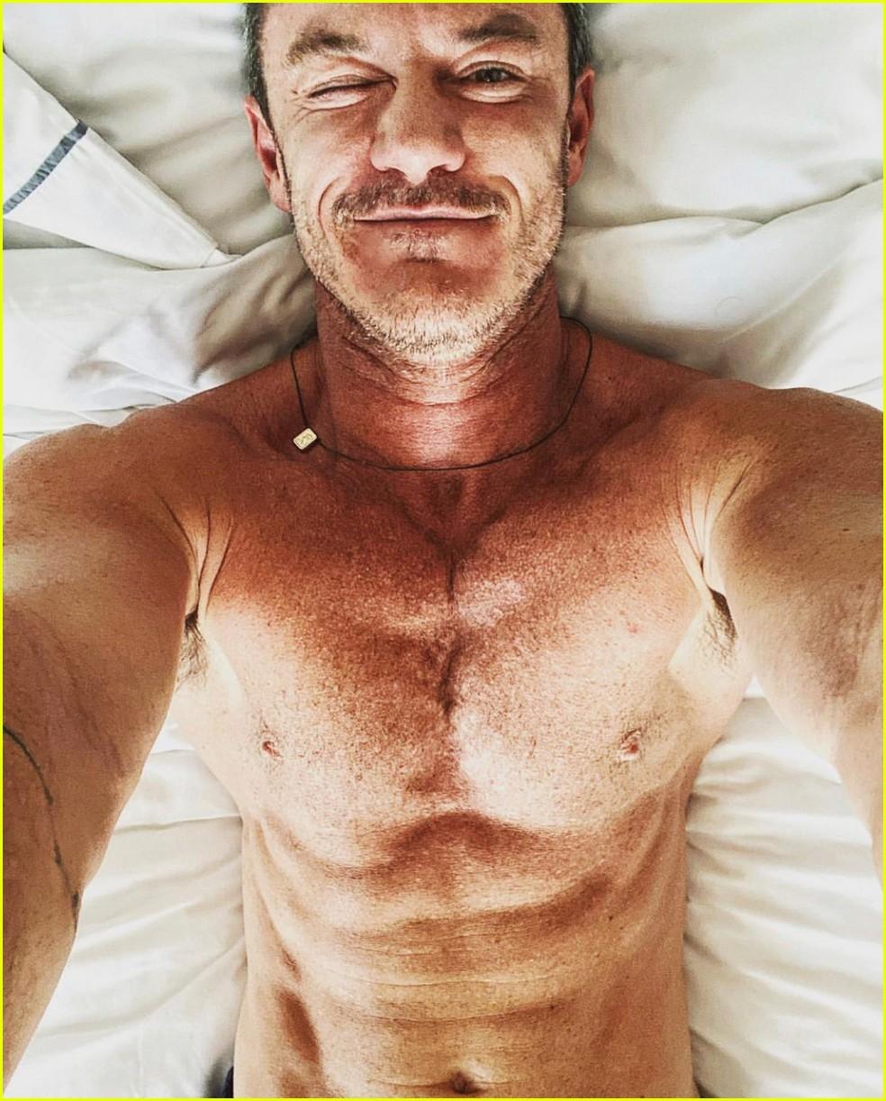 luke evans sexy selfies in bed 014580988