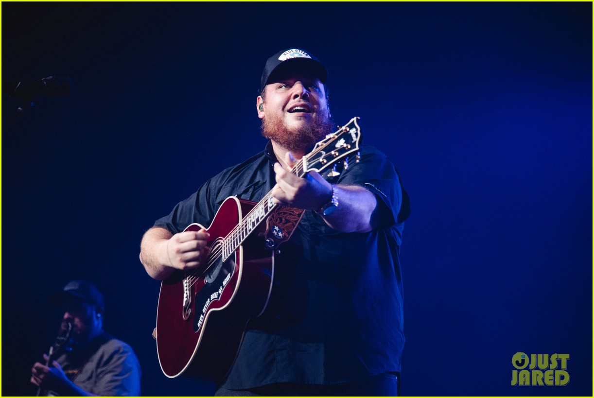 luke combs holds funerals for fans 014594636
