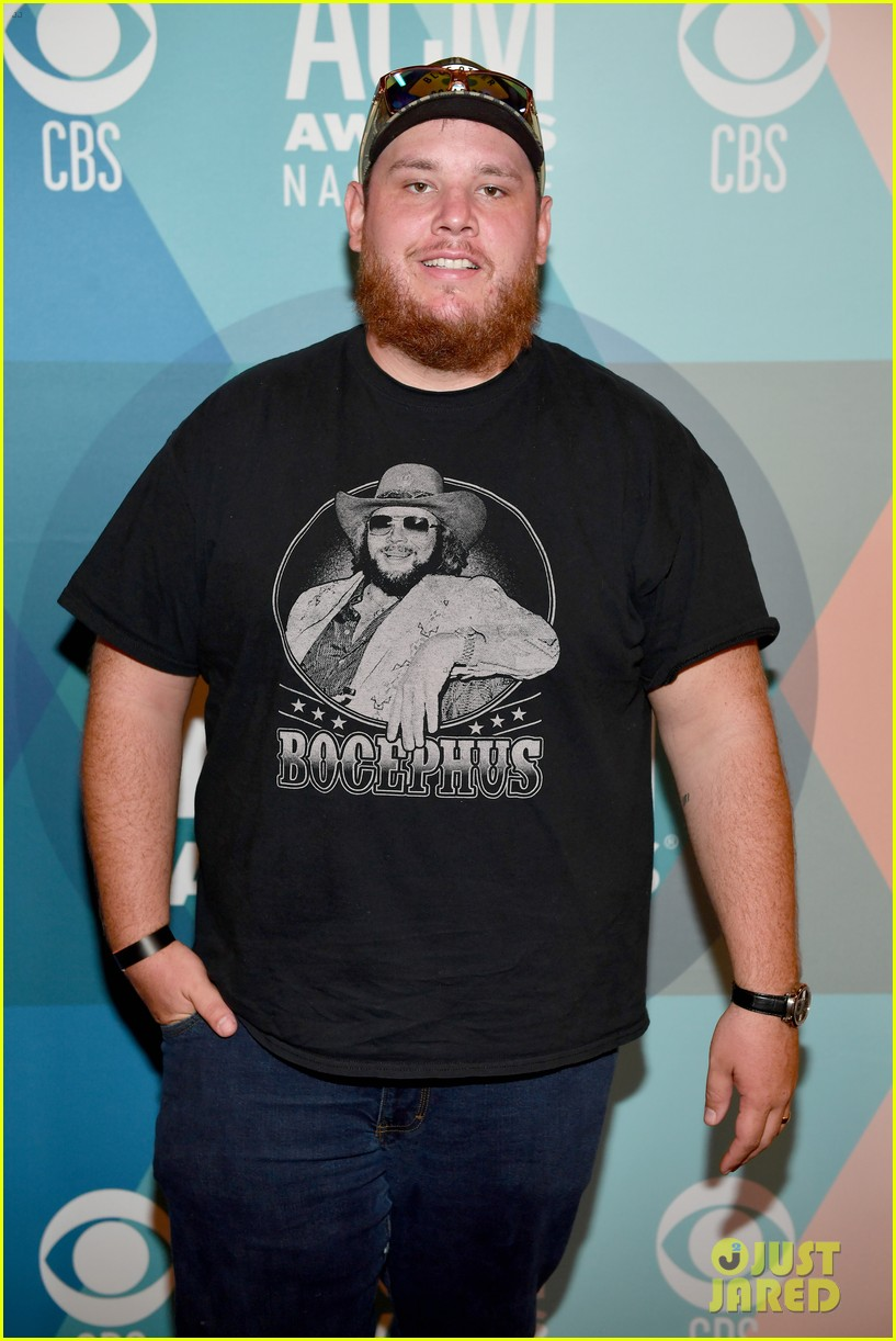 luke combs holds funerals for fans 024594637