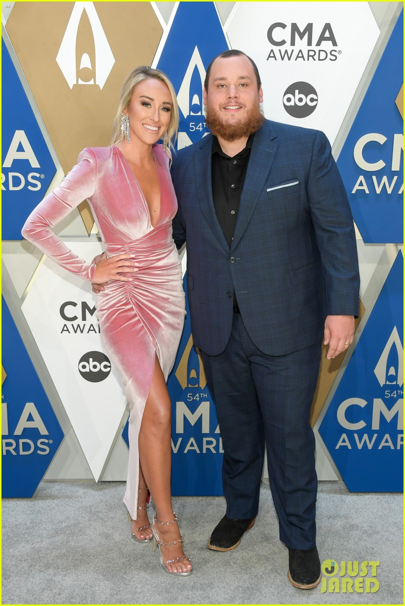 luke combs holds funerals for fans 034594638