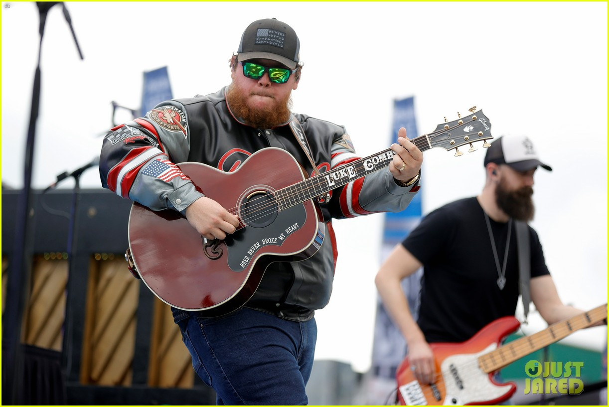 luke combs holds funerals for fans 054594640