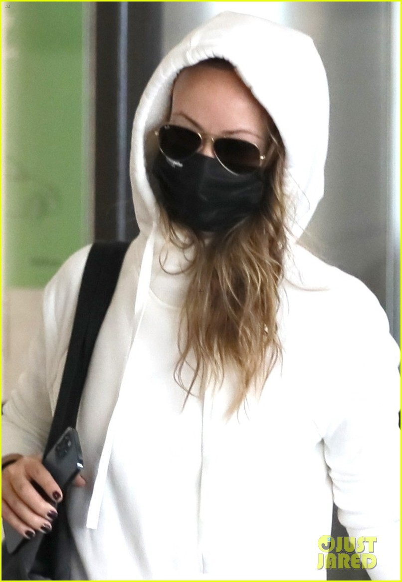 olivia wilde lowkey airport arrival 024592589