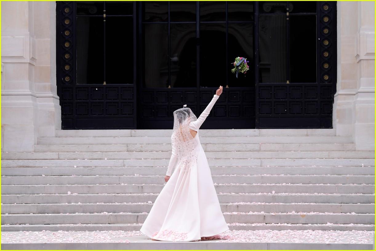 margaret qualley wedding dress chanel show 034584807