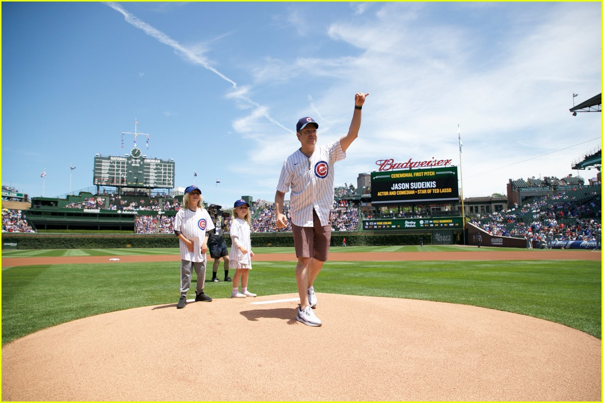 jason sudeikis first pitch cubs game 024585818