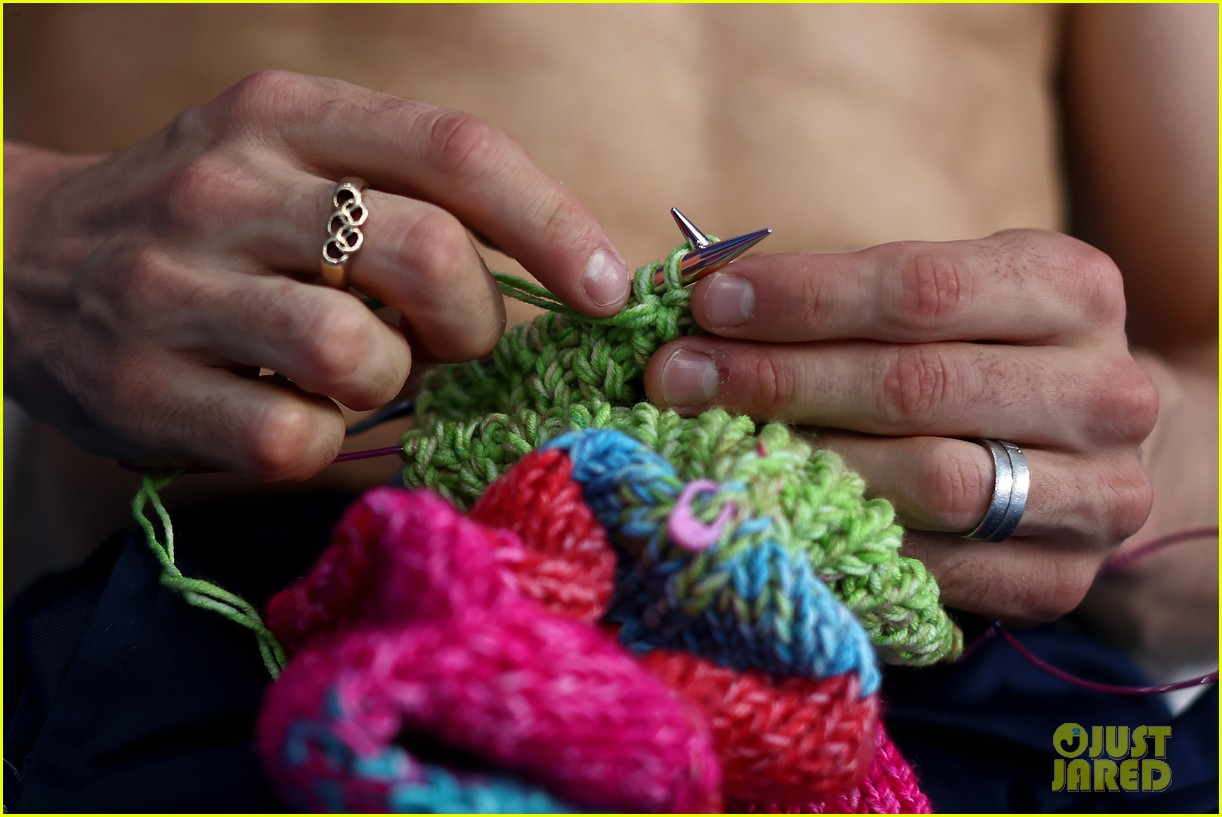 tom daley knits again at olympics 154601073