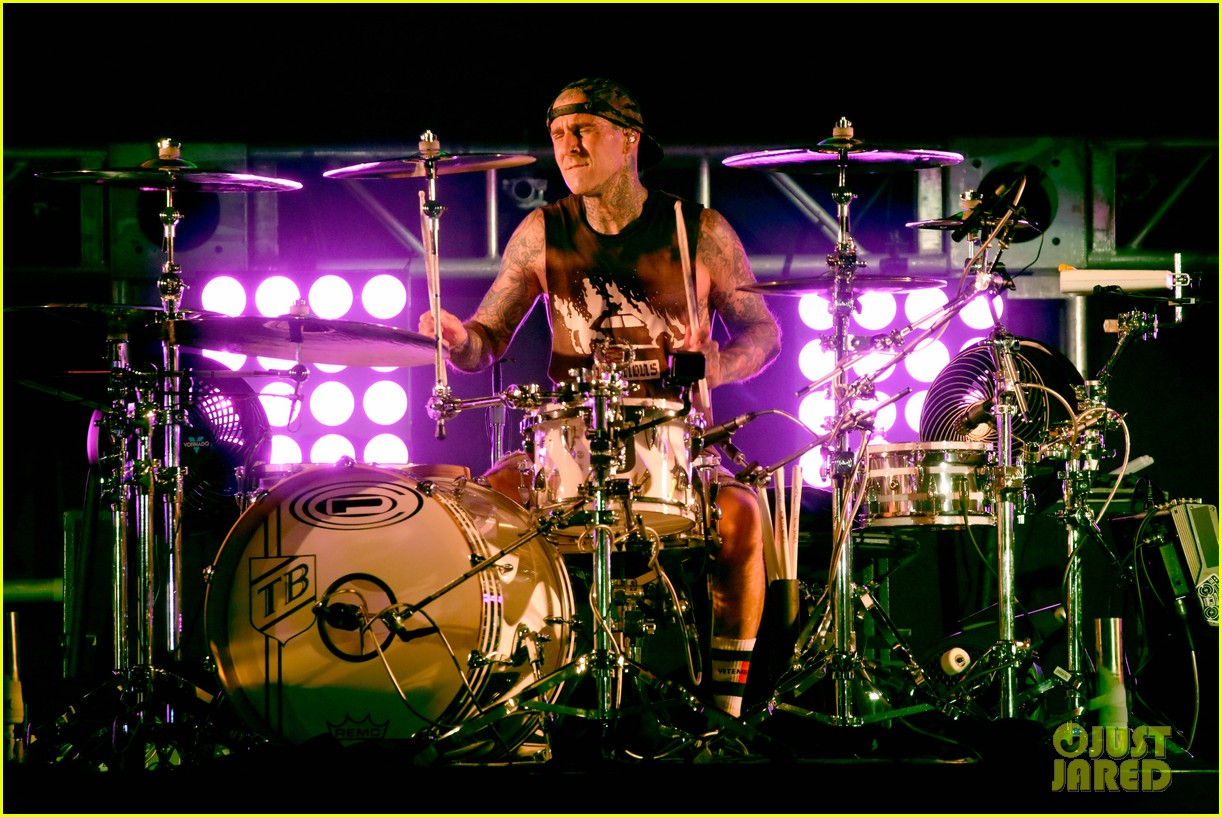 travis barker took first flight after not flying for over decade 034604925
