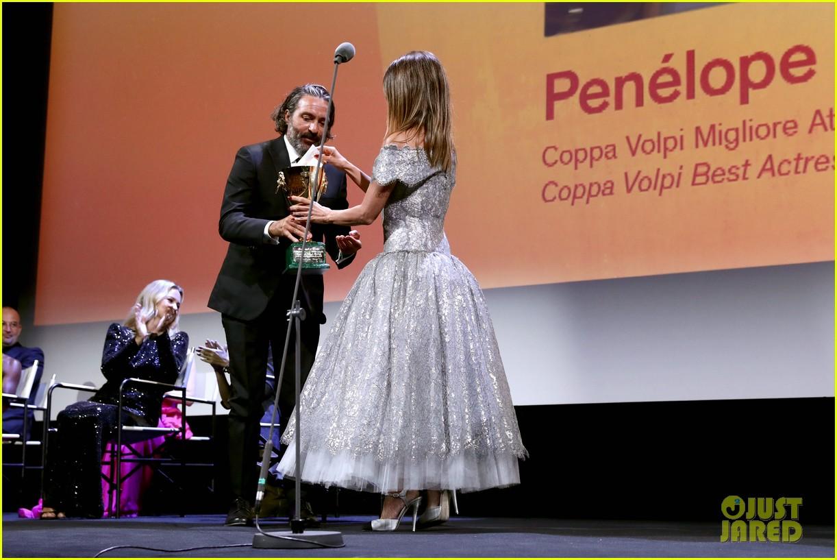 penelope cruz maggie gyllenhaal venice film festival closing ceremony 054619989