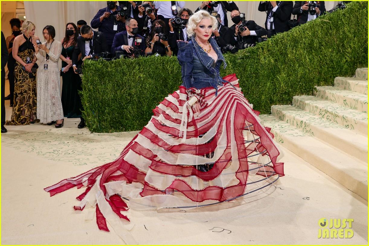 debbie harry tattered flag met gala look 054622969