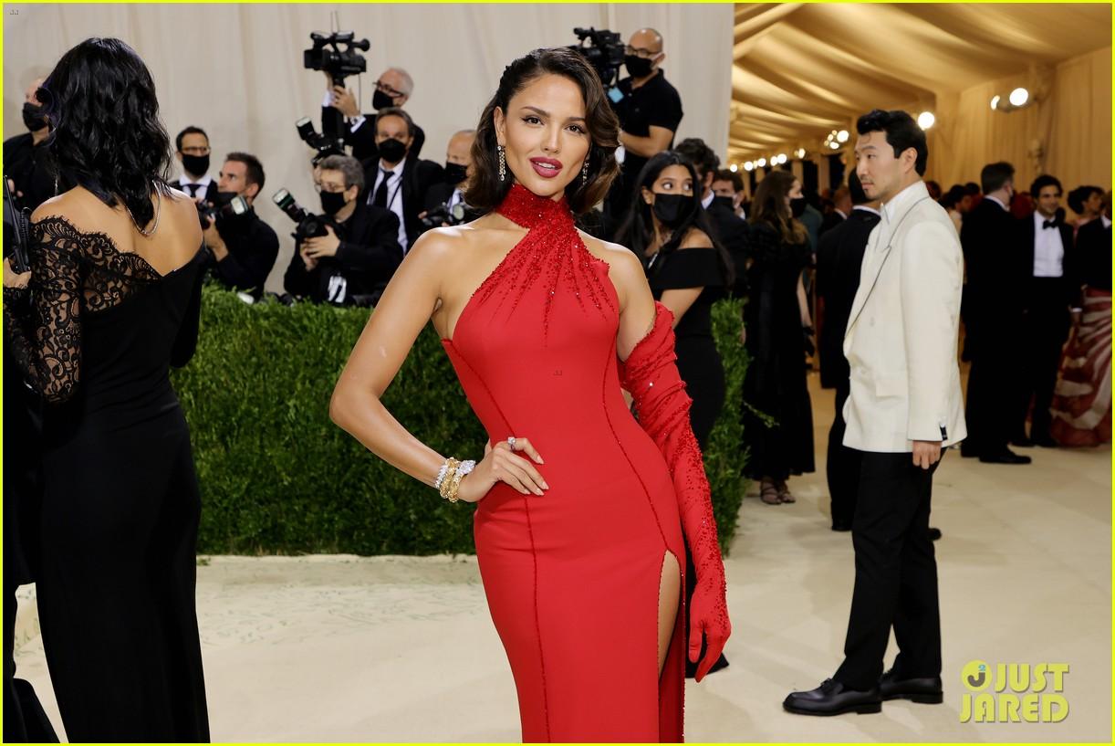 eiza gonzalez hits the met carpet in red dresss 014623752