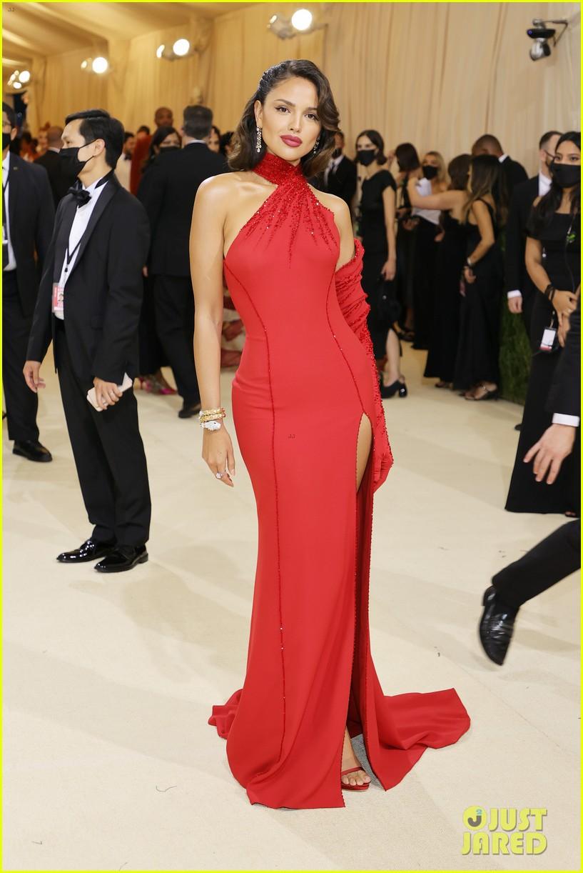eiza gonzalez hits the met carpet in red dresss 034623754
