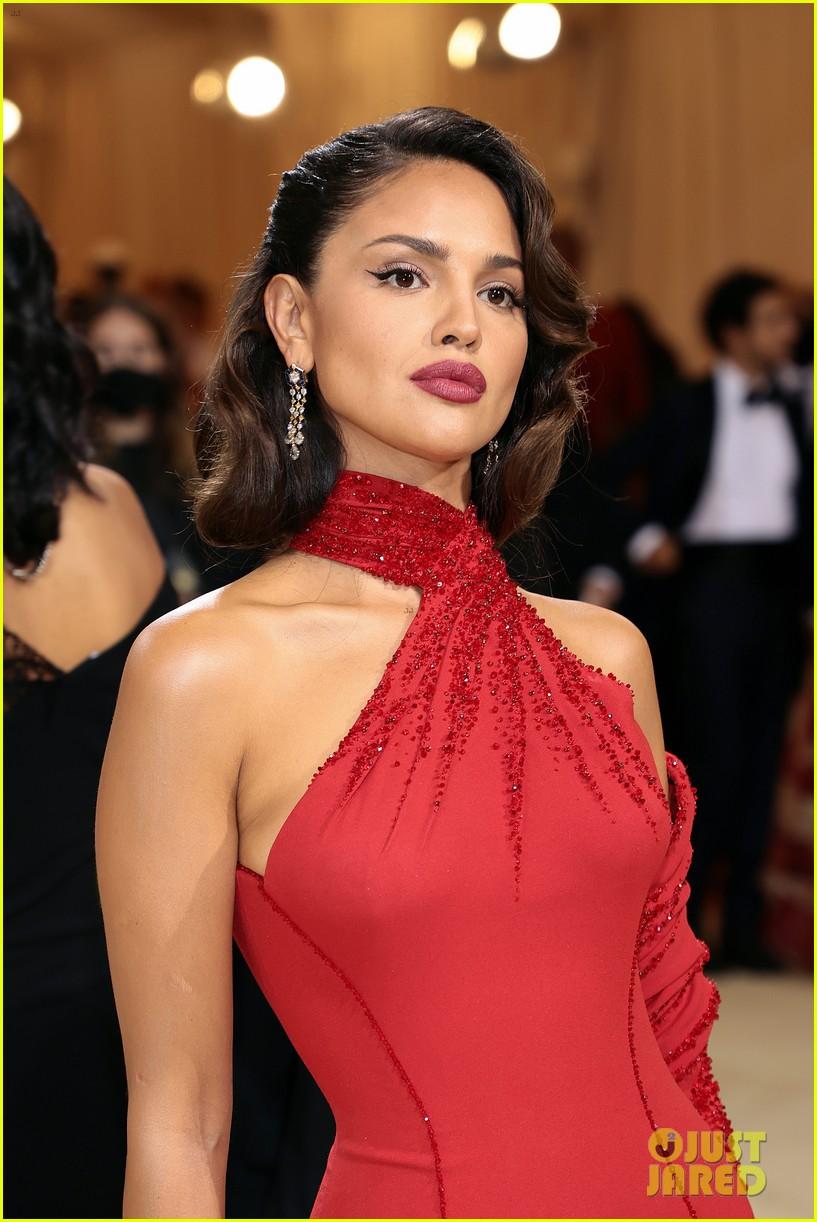eiza gonzalez hits the met carpet in red dresss 094623760