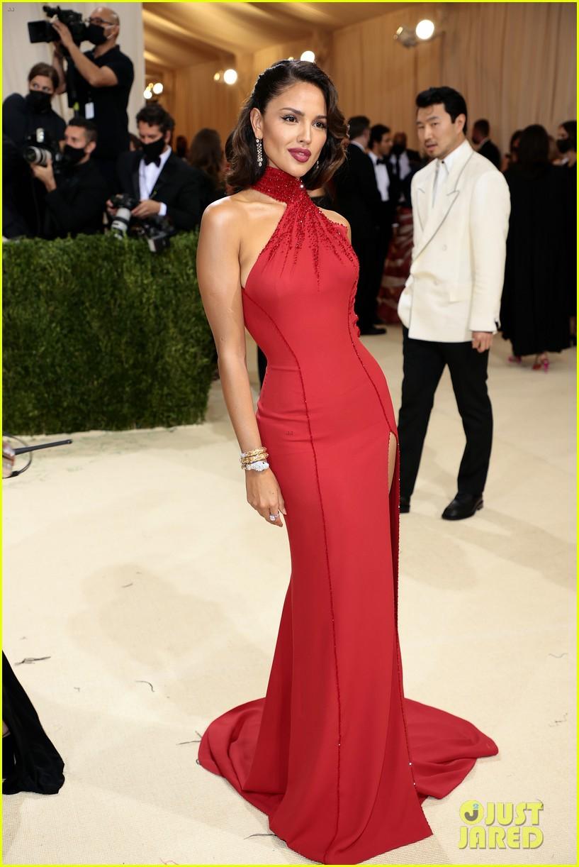 eiza gonzalez hits the met carpet in red dresss 104623761