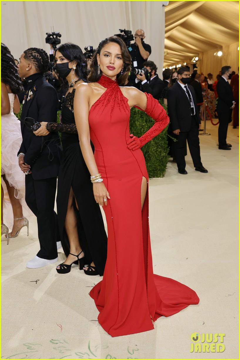 eiza gonzalez hits the met carpet in red dresss 114623762