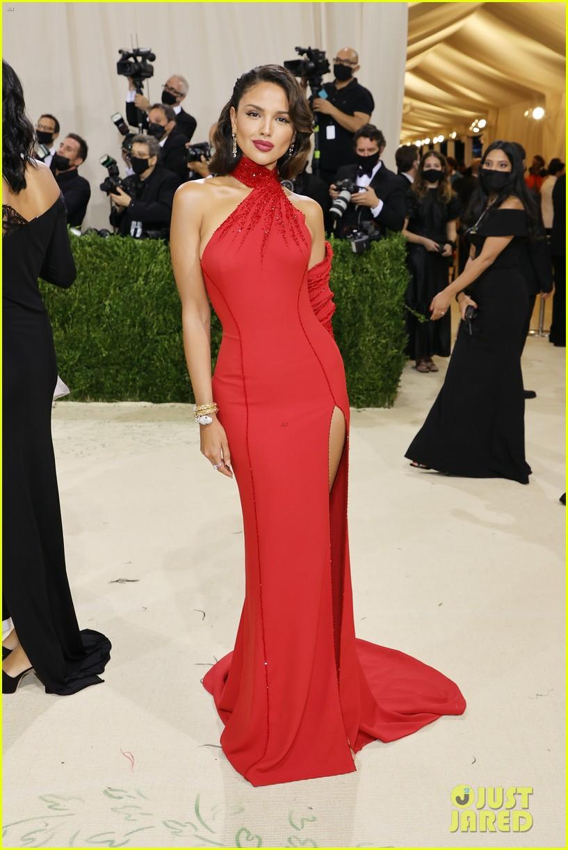 eiza gonzalez hits the met carpet in red dresss 124623763