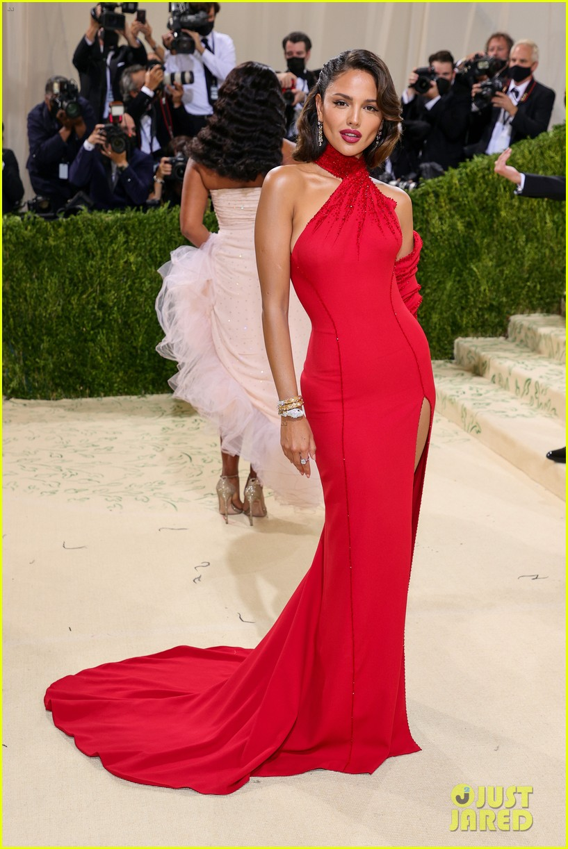 eiza gonzalez hits the met carpet in red dresss 134623764