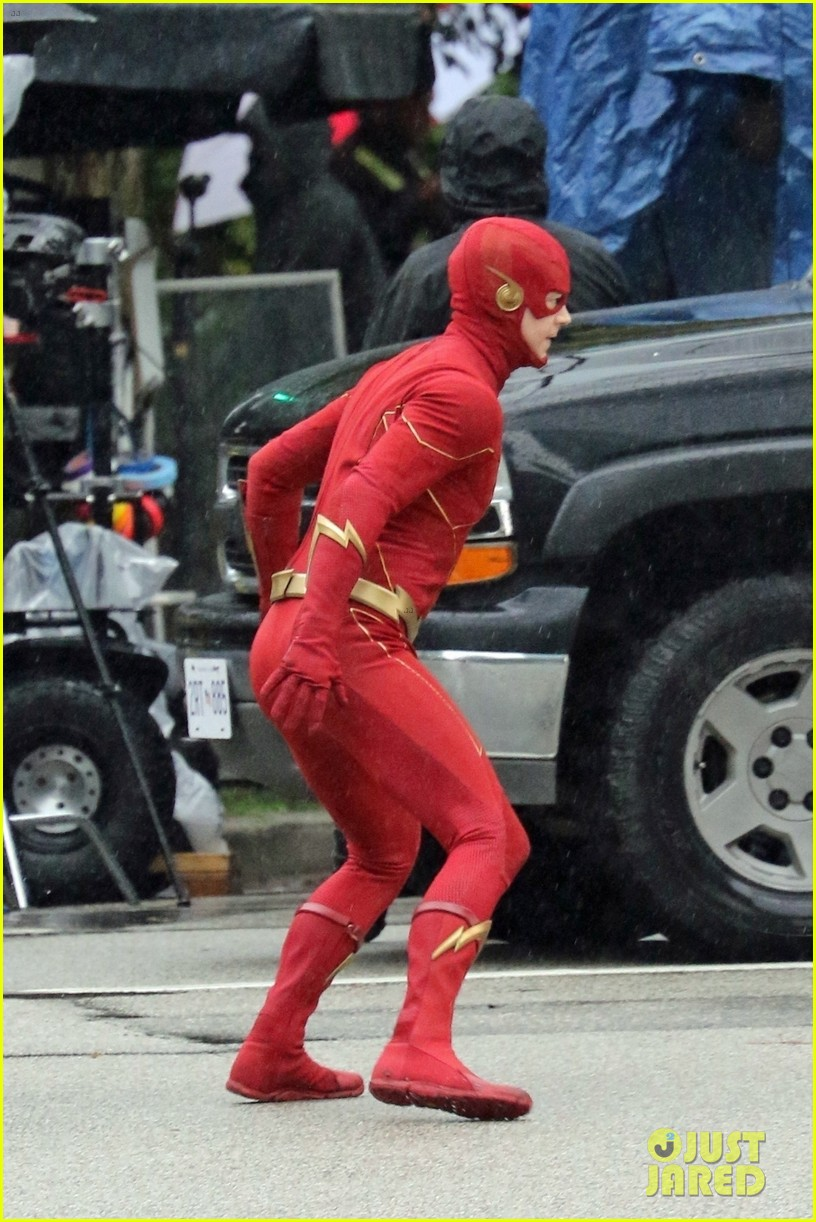 grant gustin photographed on the flash set for first time in season 8 024624661
